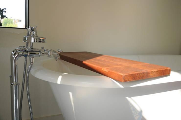 Bandeja para tina de baño: Baños de estilo  por Mediamadera
