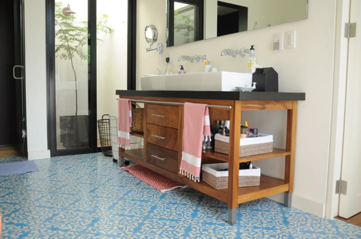 Baños de estilo  por Mediamadera