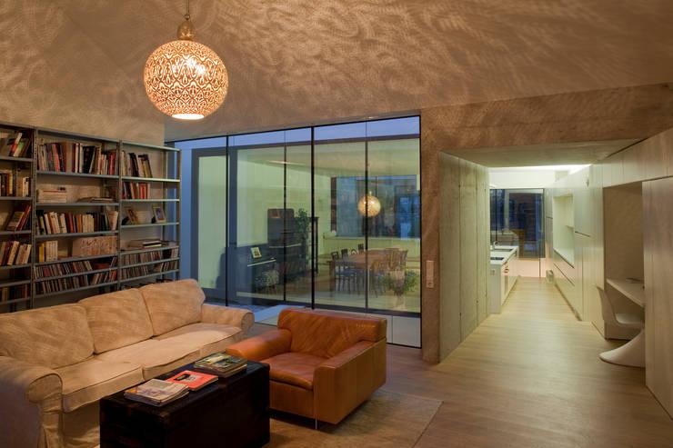 Lichtspiel:  Wohnzimmer von schröckenfuchs∞architektur