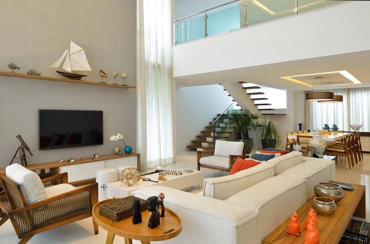 Salas / recibidores de estilo  por Pinheiro Martinez Arquitetura