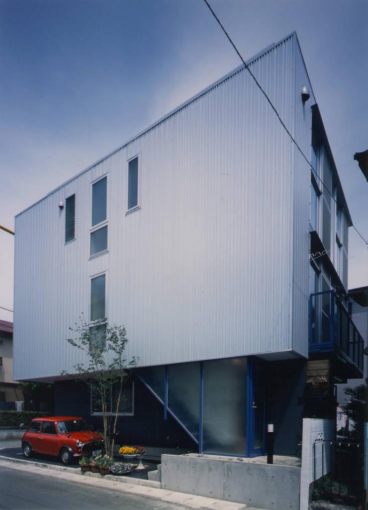 外観(南西): 原 空間工作所 HARA Urban Space Factoryが手掛けた家です。,モダン アルミニウム/亜鉛
