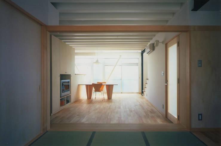 和室~リビング~ダイニング: 原 空間工作所 HARA Urban Space Factoryが手掛けた壁です。,モダン 木 木目調