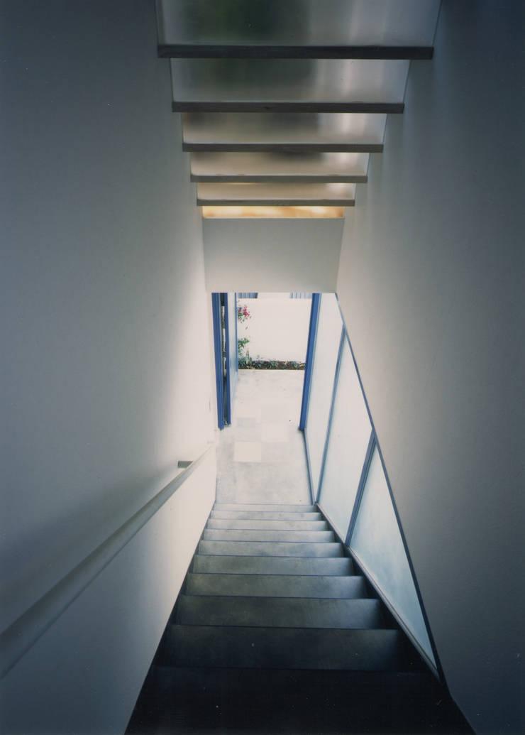 アプローチ階段(見下ろし): 原 空間工作所 HARA Urban Space Factoryが手掛けた廊下 & 玄関です。,モダン ガラス