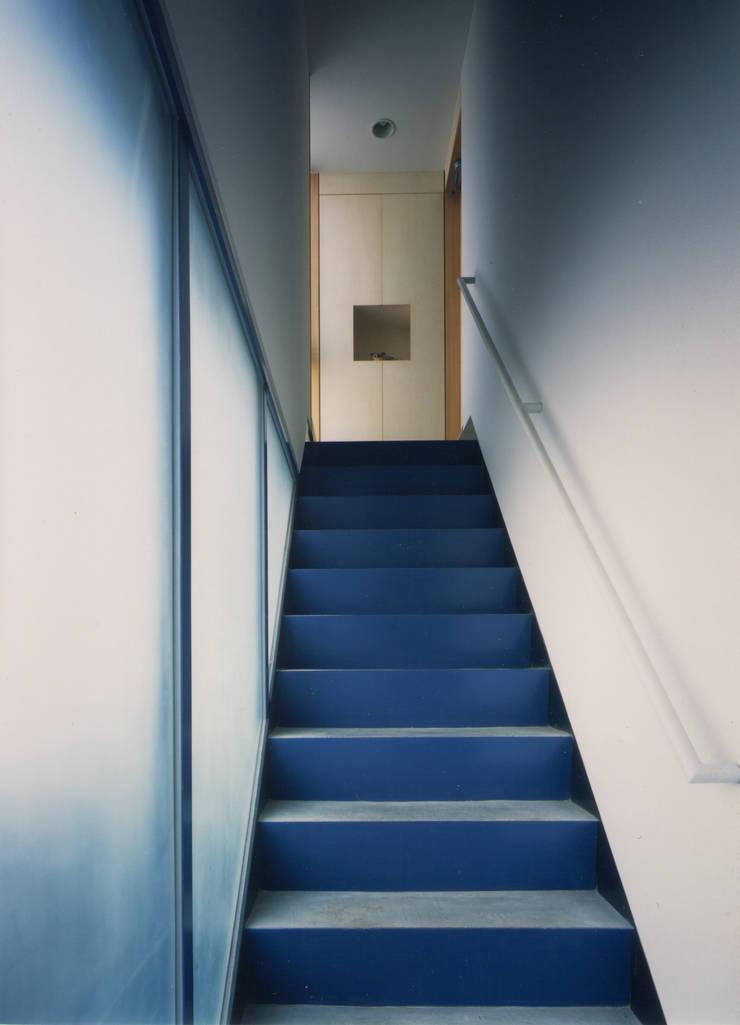 アプローチ階段(見上げ): 原 空間工作所 HARA Urban Space Factoryが手掛けた廊下 & 玄関です。,モダン 鉄/鋼