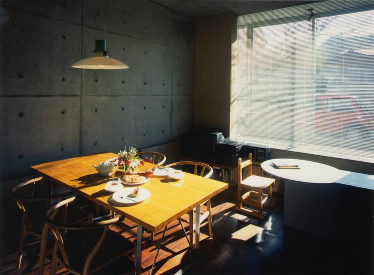 リビングルーム: 原 空間工作所 HARA Urban Space Factoryが手掛けたリビングです。