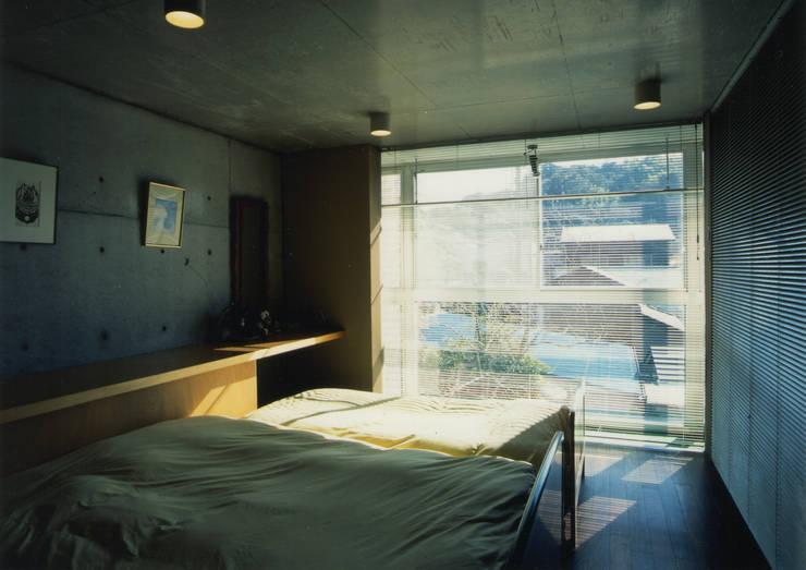寝室: 原 空間工作所 HARA Urban Space Factoryが手掛けた寝室です。