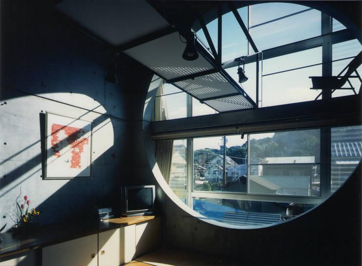 2階居間吹抜け: 原 空間工作所 HARA Urban Space Factoryが手掛けた窓です。