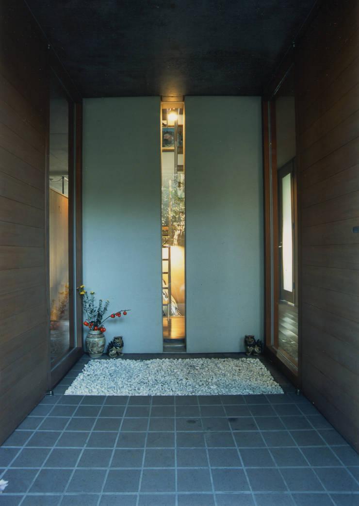玄関: 原 空間工作所 HARA Urban Space Factoryが手掛けた窓です。