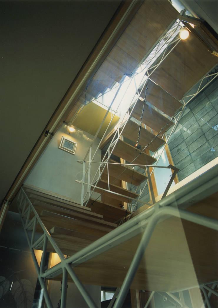 階段: 原 空間工作所 HARA Urban Space Factoryが手掛けた廊下 & 玄関です。