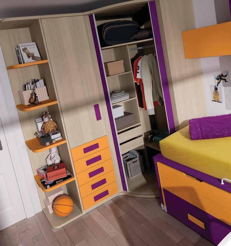 Detalle interior armario: Dormitorios infantiles de estilo  de CREA Y DECORA MUEBLES