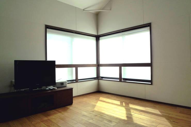 広島の家: テーブル・ワン・スタジオ一級建築士事務所が手掛けたリビングです。