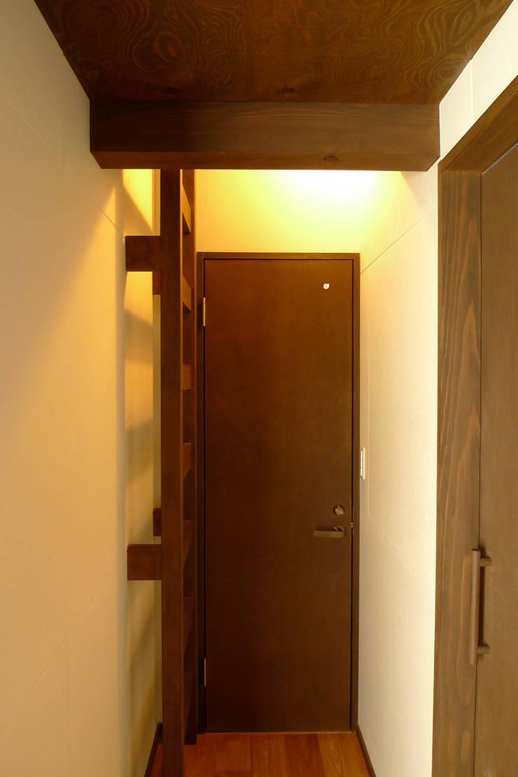 広島の家: テーブル・ワン・スタジオ一級建築士事務所が手掛けた廊下 & 玄関です。