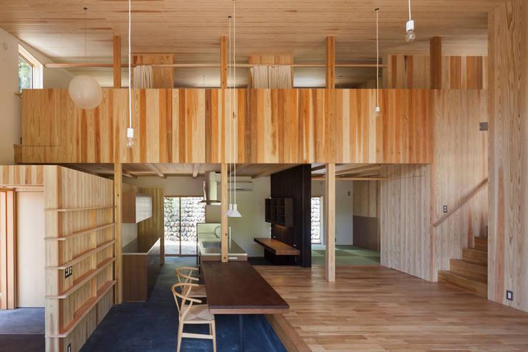 1階吹き抜けを介して2階プライベートスペースを見る: HAN環境・建築設計事務所が手掛けたリビングです。
