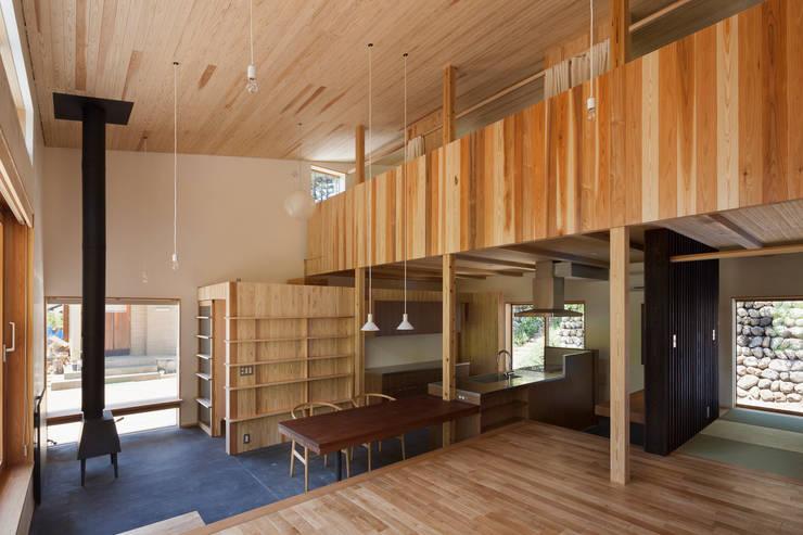 土間キッチン+ダイニング: HAN環境・建築設計事務所が手掛けたダイニングです。