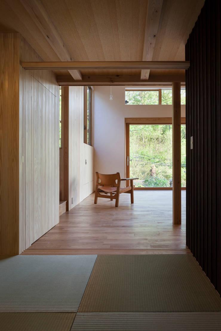 和室越しのリビングの眺め: HAN環境・建築設計事務所が手掛けた壁です。