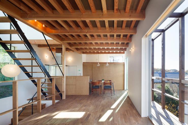 2階リビング: HAN環境・建築設計事務所が手掛けたリビングです。,モダン 木 木目調