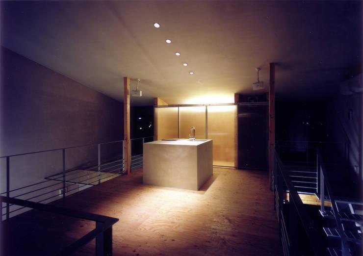 SOHO側よりダイニング・キッチンを見る(夕景): 豊田空間デザイン室 一級建築士事務所が手掛けたキッチンです。