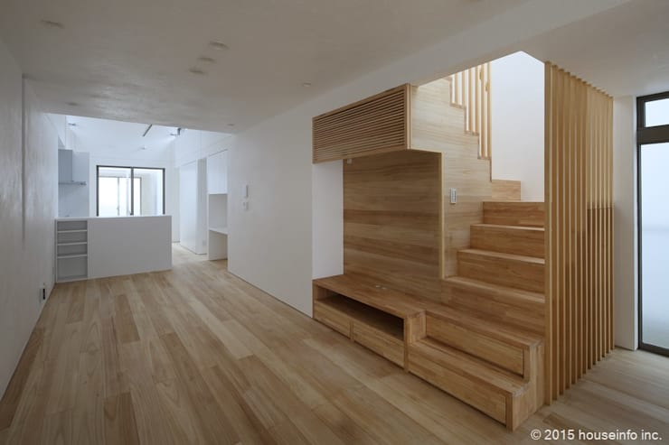 リビング~階段: (株)ハウスインフォが手掛けたリビングです。