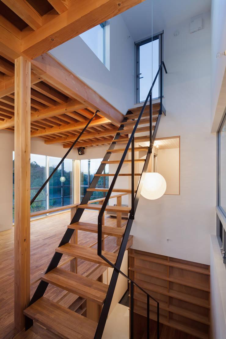 屋上テラスへ上がるスチール階段: HAN環境・建築設計事務所が手掛けた廊下 & 玄関です。,モダン 金属