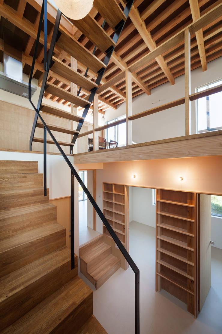 階段吹抜: HAN環境・建築設計事務所が手掛けた廊下 & 玄関です。,モダン 木 木目調