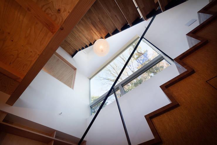 階段吹抜: HAN環境・建築設計事務所が手掛けた廊下 & 玄関です。