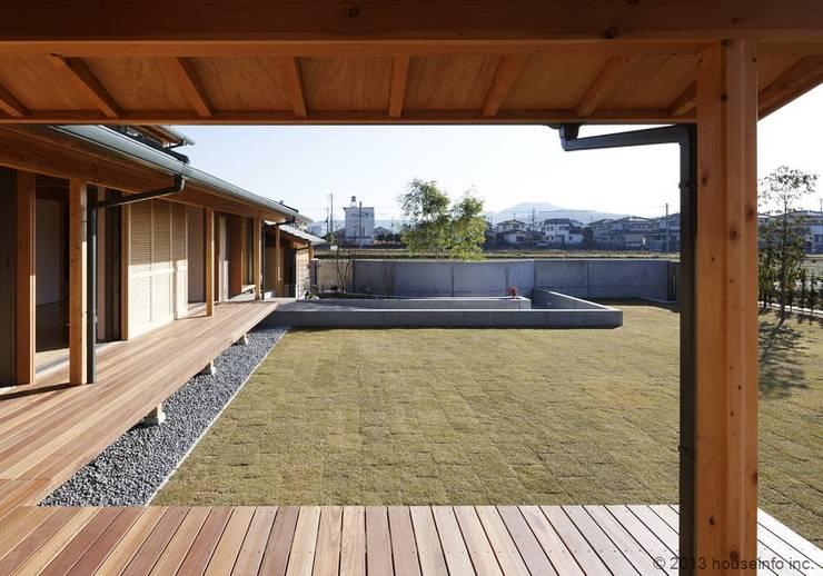 縁側~庭: (株)ハウスインフォが手掛けた庭です。