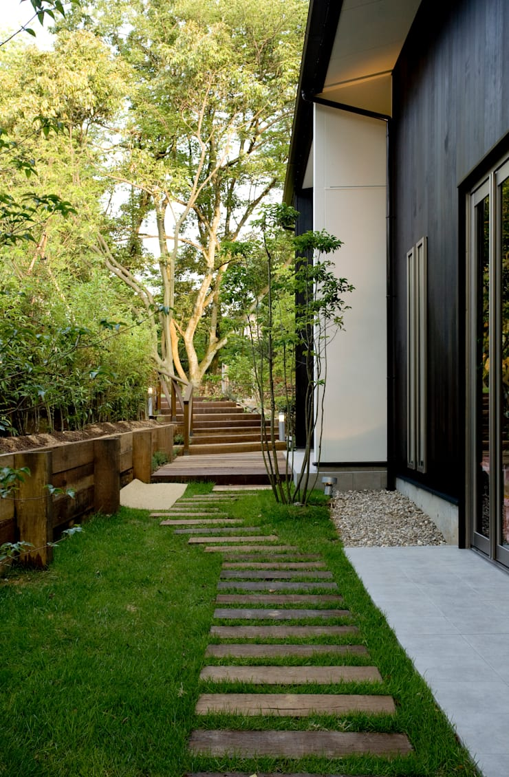 木々に囲まれた空間: maeが手掛けた庭です。