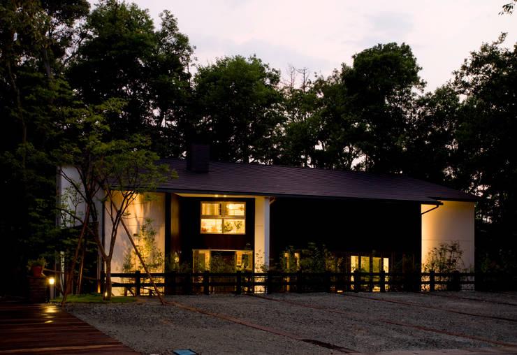 木々に囲まれた空間: maeが手掛けた家です。