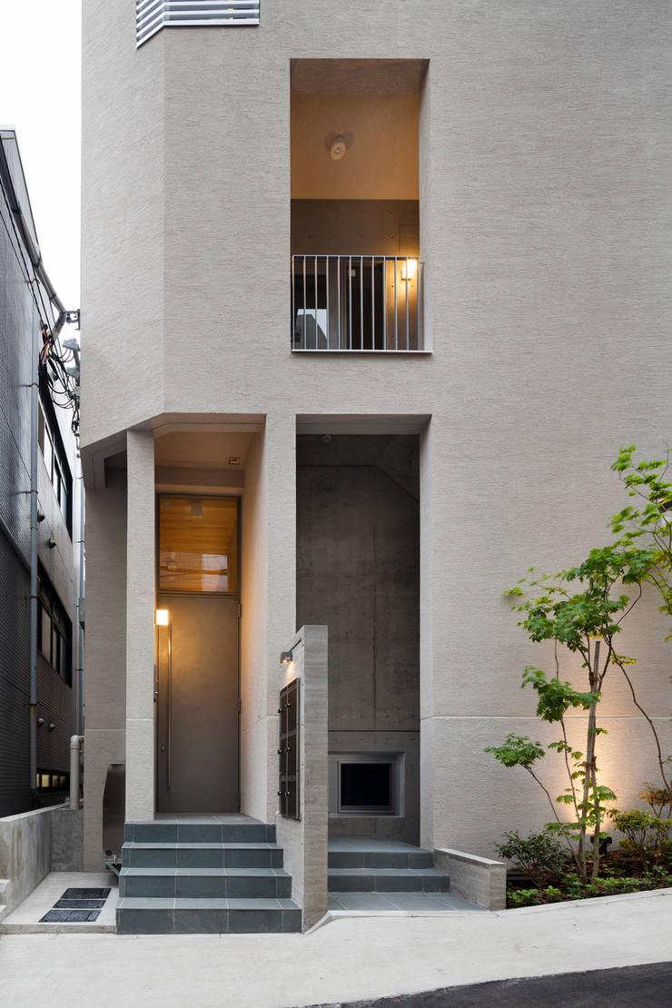 住戸エントランス: HAN環境・建築設計事務所が手掛けた家です。,