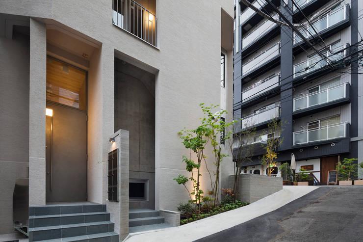 エントランス廻りファサード: HAN環境・建築設計事務所が手掛けた家です。,