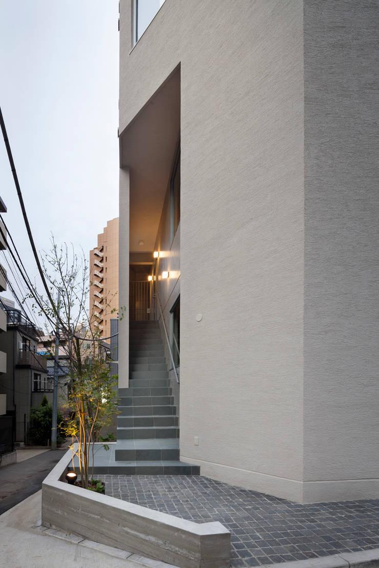 2階テナント階段スリット: HAN環境・建築設計事務所が手掛けた家です。,