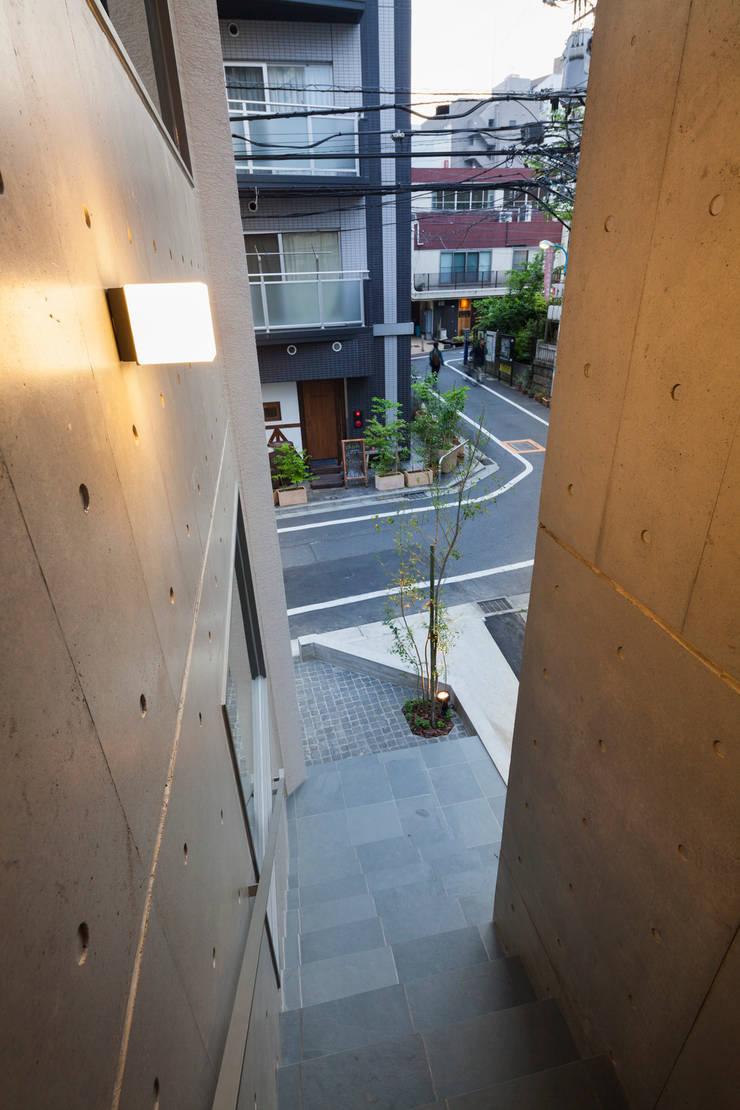 階段スリット: HAN環境・建築設計事務所が手掛けた廊下 & 玄関です。,