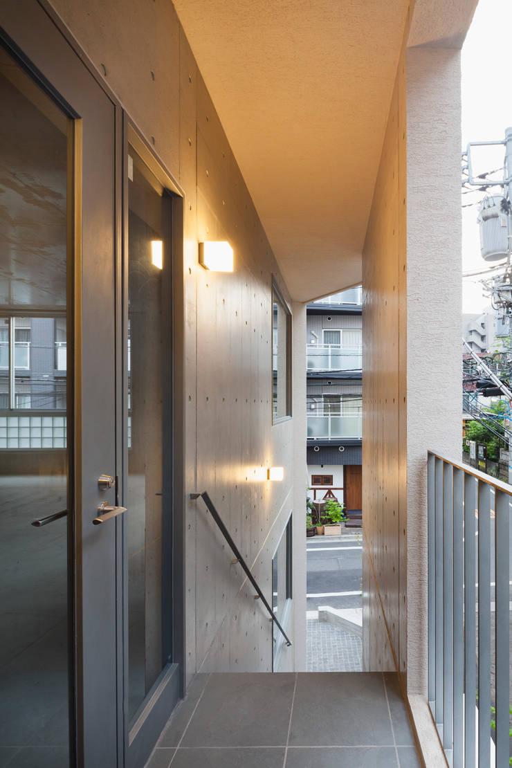 2階テナント入り口: HAN環境・建築設計事務所が手掛けた廊下 & 玄関です。,