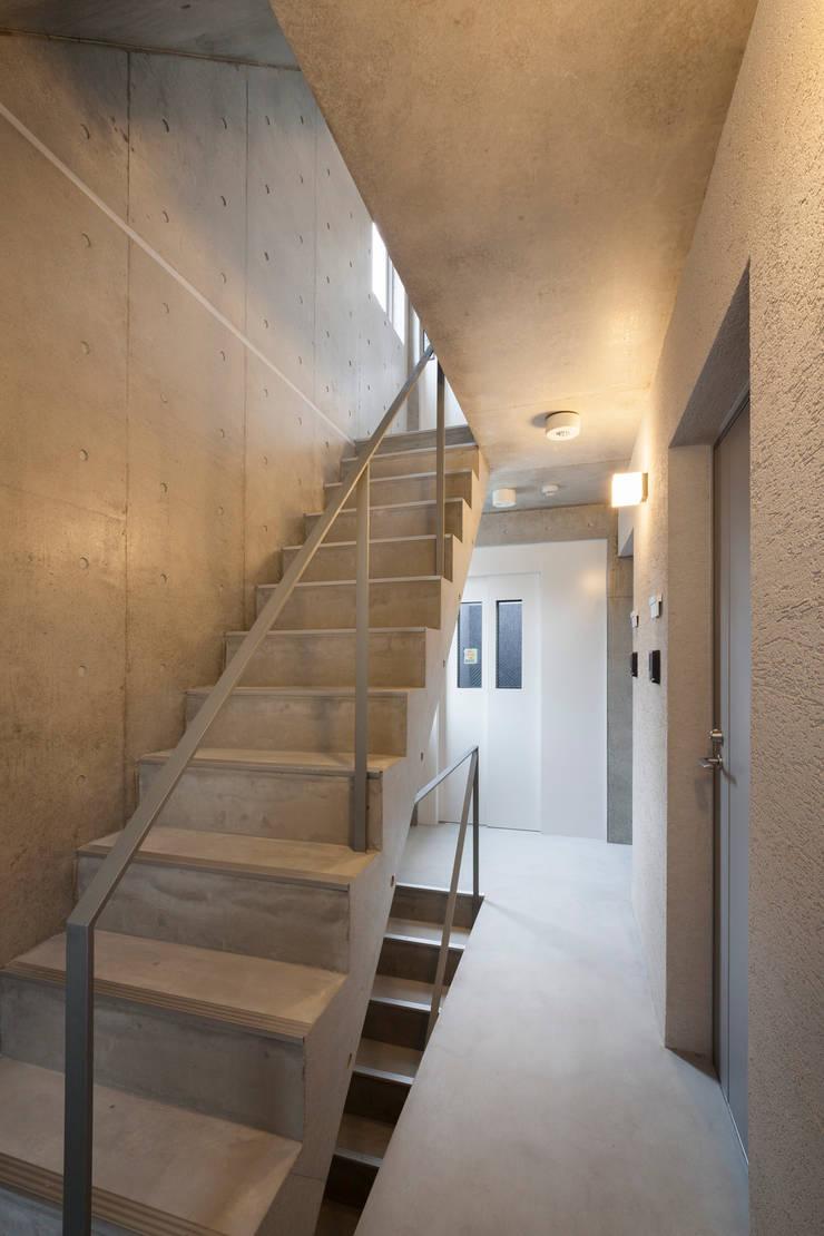 住戸階段: HAN環境・建築設計事務所が手掛けた廊下 & 玄関です。,