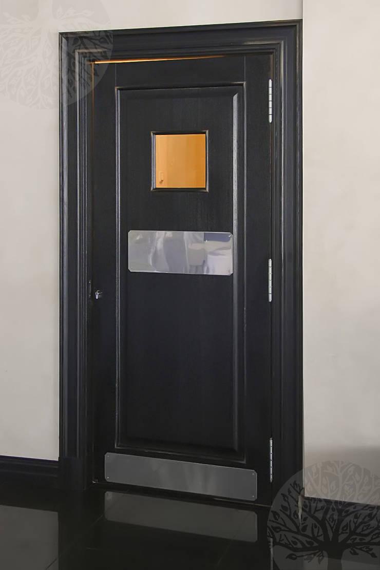 Состаренные двери из дуба: Окна и двери в . Автор – Lesomodul,