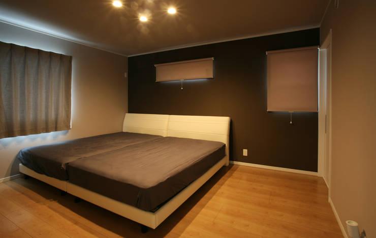 ベッドルーム (主寝室): 吉田設計+アトリエアジュールが手掛けた寝室です。,