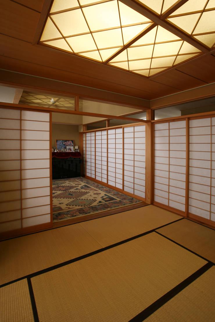 リビング (和室・客間・あるいは茶の間): 吉田設計+アトリエアジュールが手掛けたリビングです。,