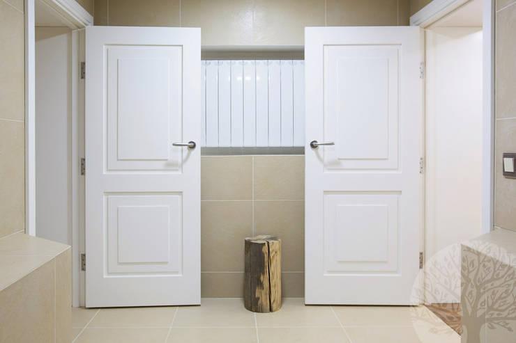Двери в современном стиле ЖК «Суханово парк»: Окна и двери в . Автор – Lesomodul