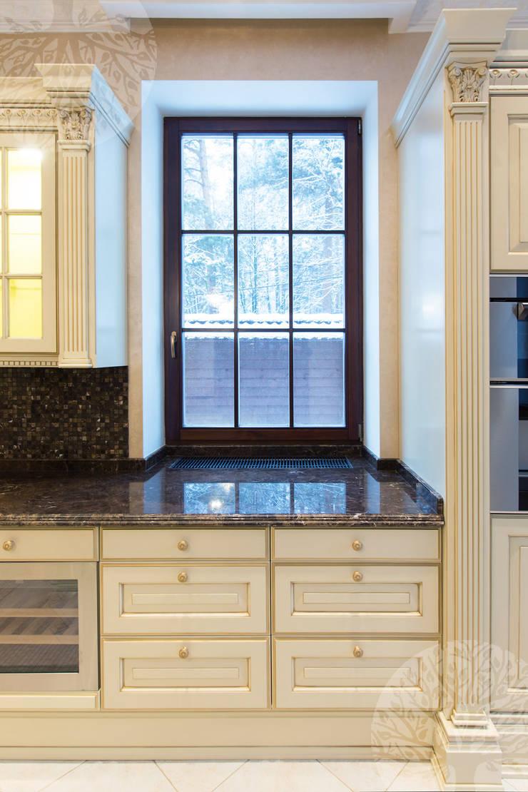 Элегантная кухня в классическом стиле: Окна и двери в . Автор – Lesomodul