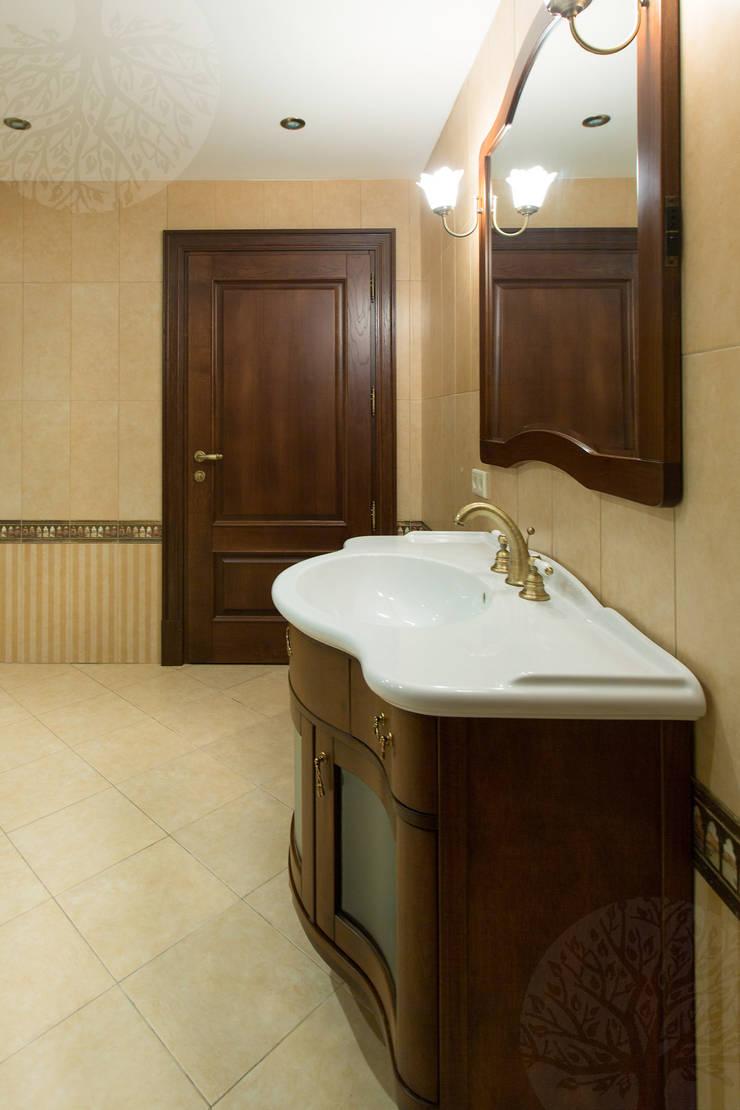 Двери из дуба в классическом интерьере: Ванная комната в . Автор – Lesomodul