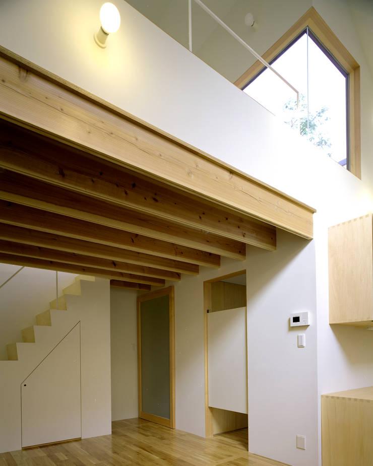 習志野台の家: シミズアトリエ 一級建築士事務所が手掛けた廊下 & 玄関です。