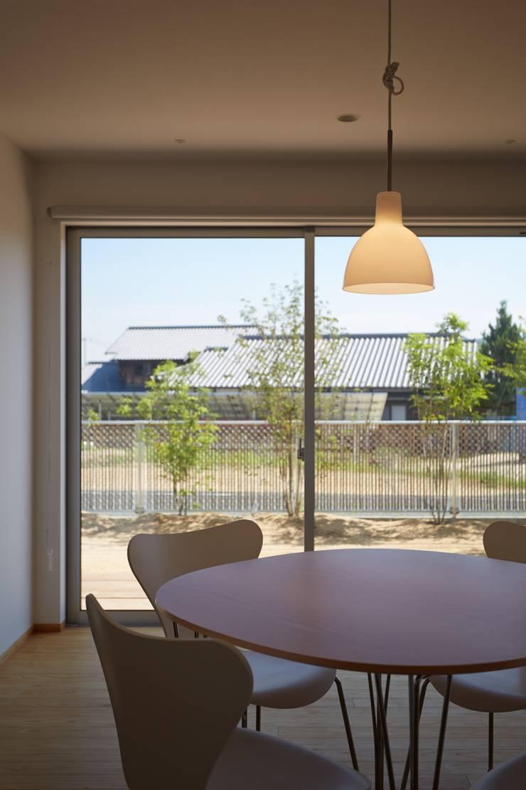 ふたつのコートを持つ家: toki Architect design officeが手掛けたダイニングです。,
