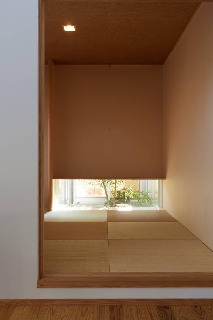 ふたつのコートを持つ家: toki Architect design officeが手掛けた寝室です。,