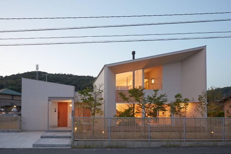 ふたつのコートを持つ家: toki Architect design officeが手掛けた家です。,