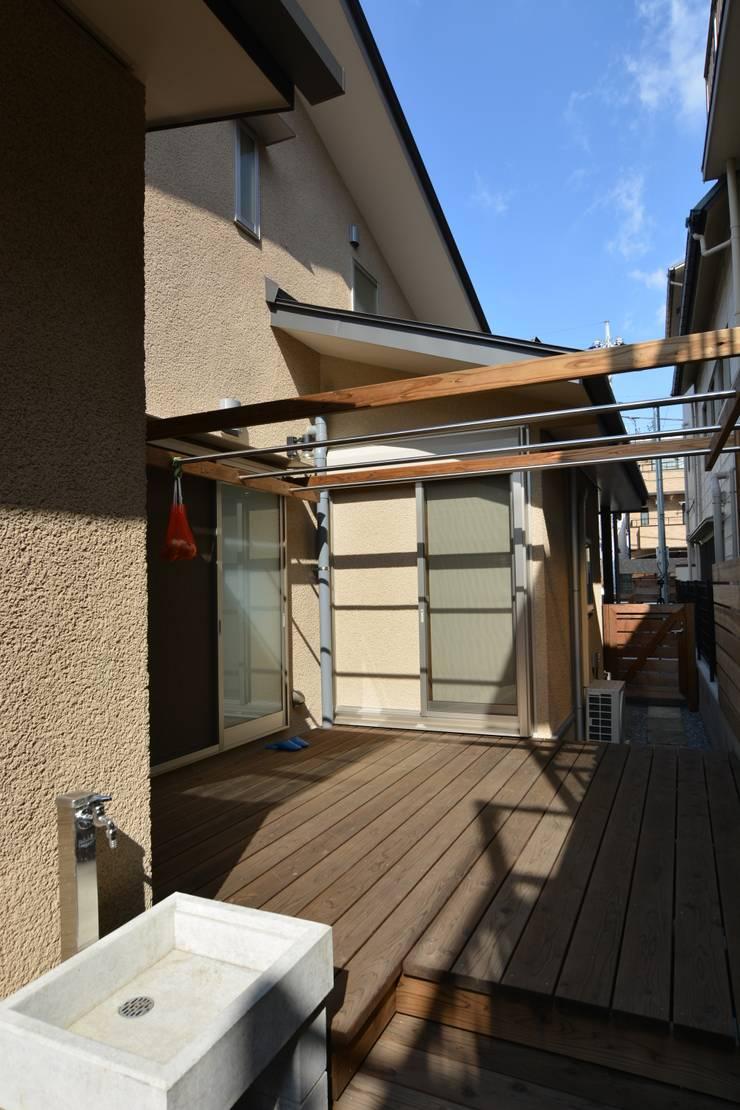 糀谷の家: 一級建築士事務所やしろ設計室が手掛けたテラス・ベランダです。