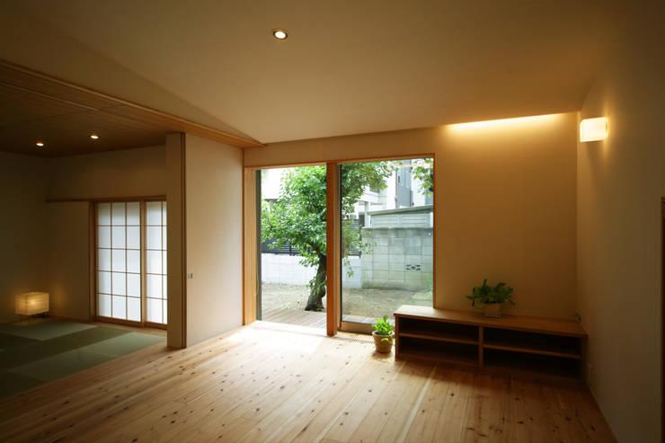 糀谷の家: 一級建築士事務所やしろ設計室が手掛けたリビングです。