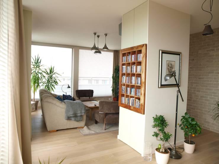 Apartament z widokiem: styl , w kategorii Salon zaprojektowany przez KARBONADO