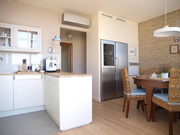 Apartament z widokiem: styl , w kategorii Kuchnia zaprojektowany przez KARBONADO