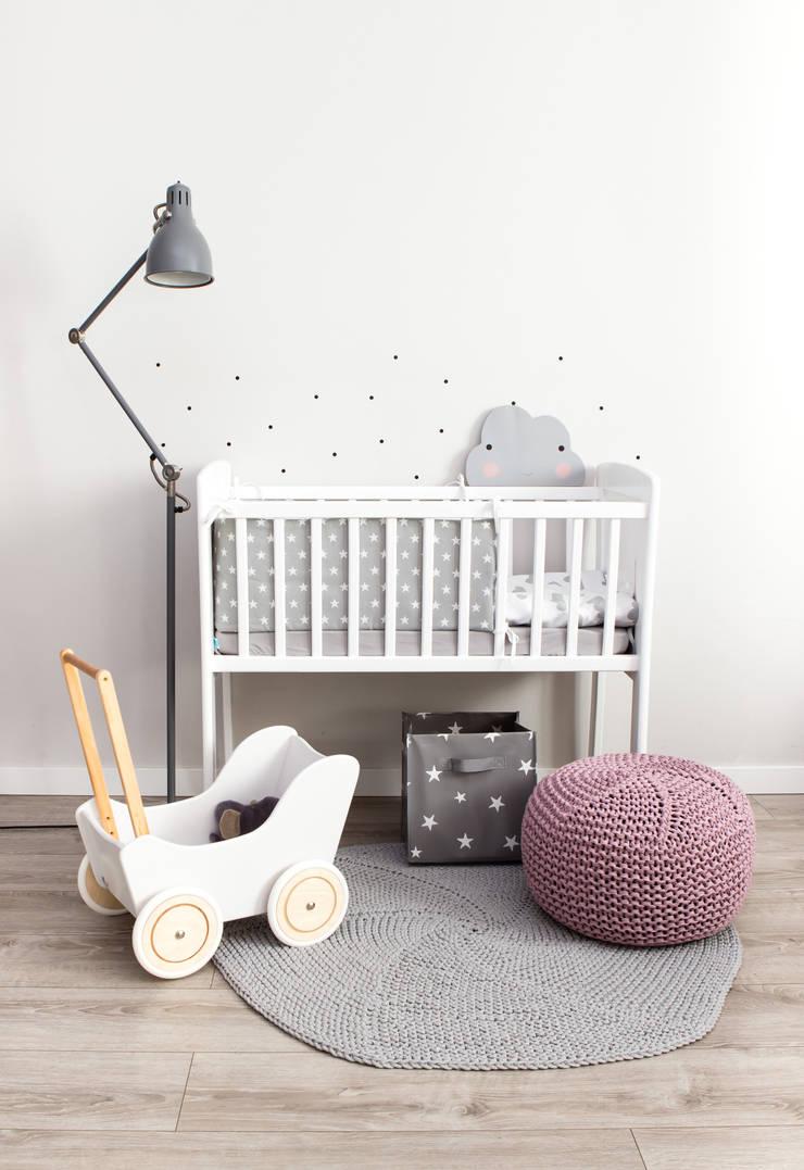 Pościel w szare chmurki: styl , w kategorii Pokój dziecięcy zaprojektowany przez Dots My Love