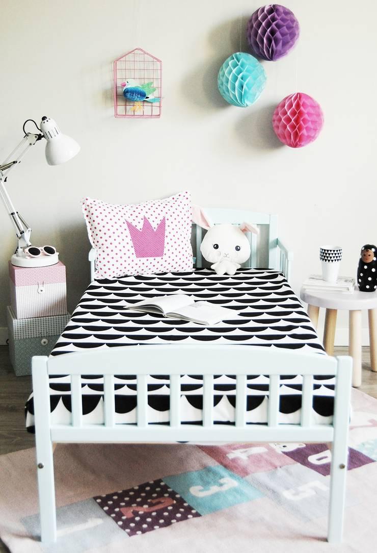 Prześcieradło w półksiężyce: styl , w kategorii Pokój dziecięcy zaprojektowany przez Dots My Love,